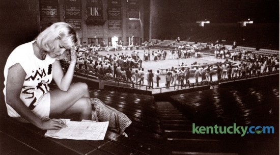 Donna Townsend, a University of Kentucky communications graduate student sat far above the crowd as she worked on her class schedule during advance registration in Memorial Coliseum on Monday August 25, 1986. Photo by Gary Landers