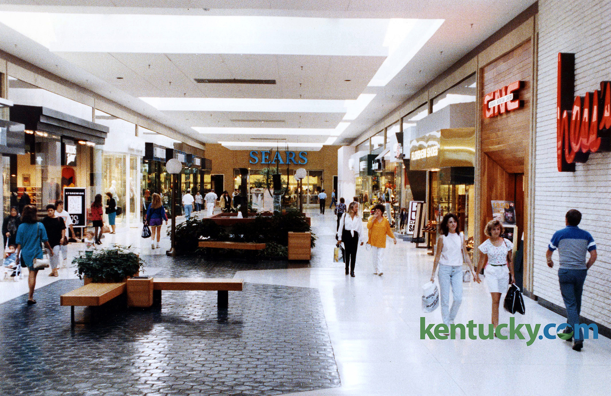 Inside Fayette Mall Looking Down Towards One Of It S Anchor Sears Sept 17 1992 The Hess Department At Right Is Where Jcpenny